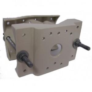 Obostrani adapter za montažu nosača vanjskog kućišta na stup.